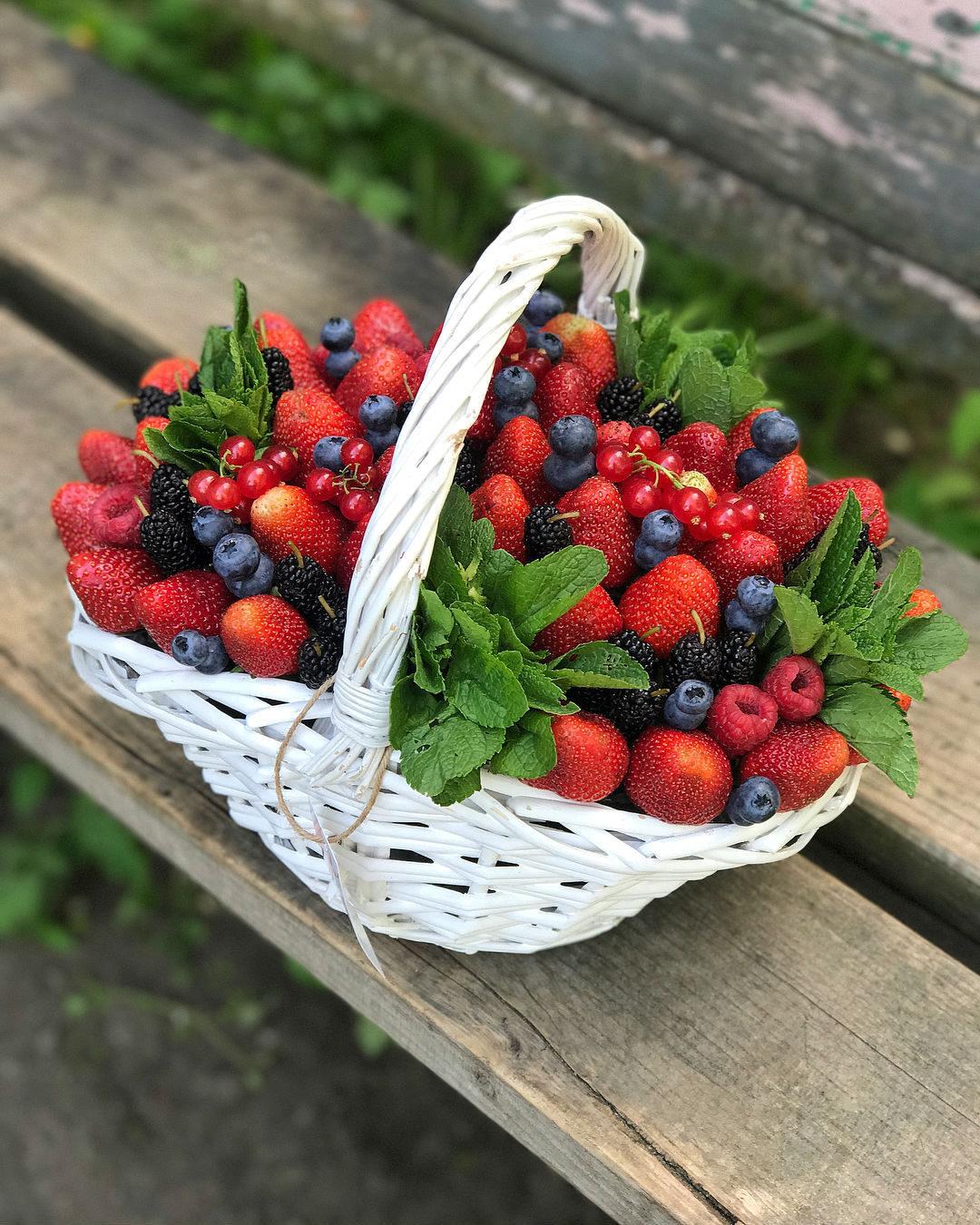 выглядывает корзина с ягодами и цветами фото чтобы волосы